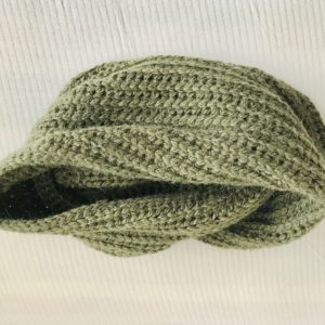 écharpe tricotée à la main